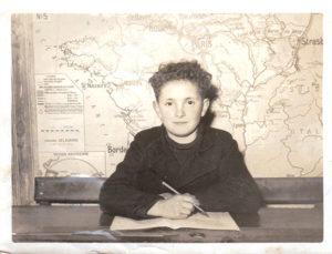 Ecolier devant carte France vers 1955