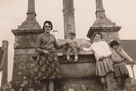 Famille devant calvaire années 50