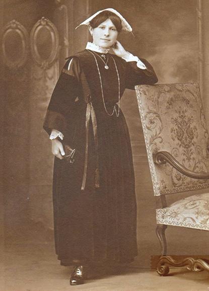 Jeune femme costume breton 1920
