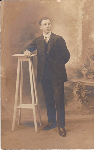 Jeune homme posant années 1910